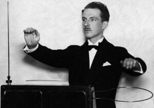 Lev Sergeevič Termen mentre suona lo strumento di sua invenzione: il Theremin